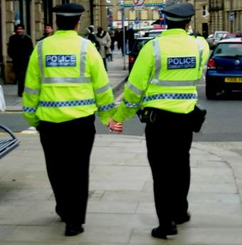 policias+gays+de+la+mano2
