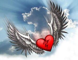 Corazón con alas en las nubes