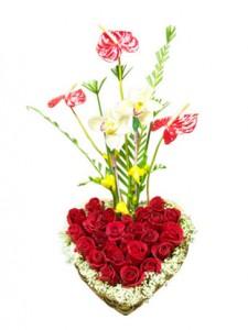 arreglo floral en forma de corazon para novia