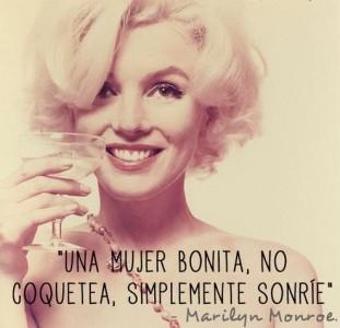 Una mujer bonita no coquetea simplemente sonrie