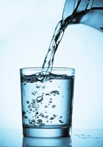 beber abundante agua para eliminar el mal de orin